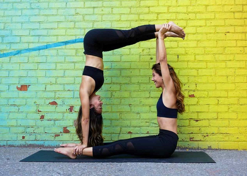 The 10 best yoga postures in pairs (easy and difficult)